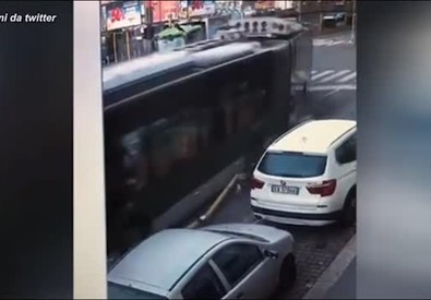 Incidente di un filobus a Milano: il video dello scontro