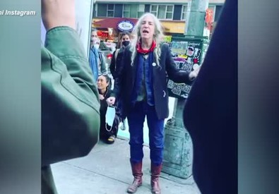 "New York, Patti Smith canta in strada ""People Have the Power"""
