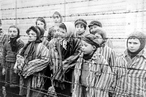 Fotogramma dal video sovietico sulla liberazione del campo di concentramento di Auschwitz (fonte: United States Holocaust Memorial Museum, Belarussian State Archive of Documentary Film and Photography) (ANSA)